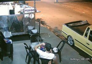 Cliente é flagrada arrancando cabelo e colocando em lanche antes de reclamar a vendedor