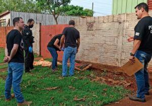 Homem é achado morto com vísceras expostas em muro de casa em Dourados