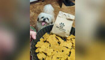 Protetora se 'vira nos 30' e vende petiscos caninos para cuidar de animais resgatados
