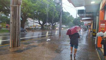 Chuva chega em vários bairros da Capital e previsão faz alerta para risco de tempestade
