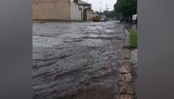 Chuva vem fraca durante a tarde, mas alaga ruas na Vila Progresso
