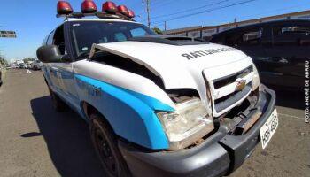 Em fuga, homem tenta atropelar policiais e acerta viatura em Campo Grande