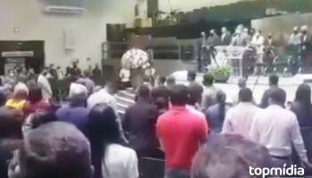 VÍDEO: fiel para culto da Assembleia de Deus e desabafa contra pastor da 'mão no bumbum'