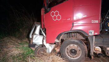 Menino de 14 anos pega carro dos pais e morre ao bater de frente com caminhão