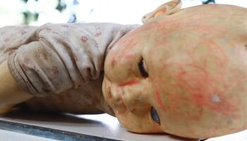 Bebê de um mês de vida morre após ser espancado pela mãe