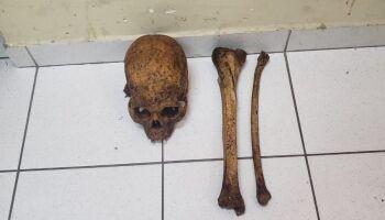 Homem é preso por vender ossadas de cemitério para rituais religiosos no Rio