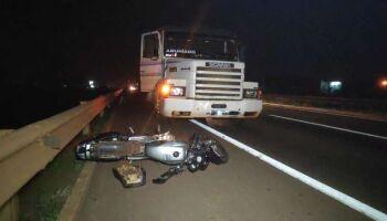 Garupa de motociclista morta atropelada por carreta pode ter perna amputada