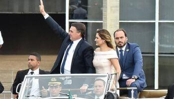 Carlos Bolsonaro usa perfil do pai por engano e afirma estar focado em ser vereador