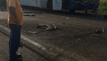 Acidente entre ônibus e caminhão mata mais de 20 pessoas no interior de SP