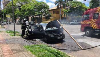 Carro pega fogo na Rua da Paz, em Campo Grande
