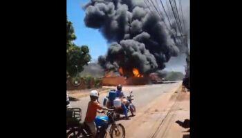 Incêndio destrói depósito de loja de materiais de construção na rua Santa Quitéria; veja