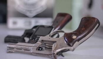 Preparado para o apocalipse zumbi: homem é preso com 5 armas de fogo em assentamento