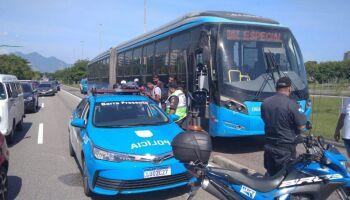 Marrento: homem se revolta com atraso, furta ônibus e ainda pega 7 passageiros no Rio