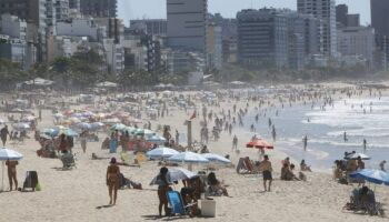 Apesar de alta nos casos de covid, cariocas lotam praias no domingo de eleição