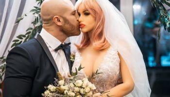 Fisiculturista se casa com boneca sexual; os dois se conheceram em uma boate