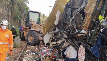 Sobe para 18 número de mortos em acidente de ônibus em Minas Gerais