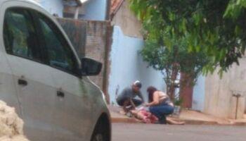 Mulher é esfaqueada na frente do filho e polícia procura agressor