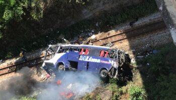 Tragédia: ônibus cai de viaduto e mata ao menos 14 pessoas em Minas Gerais