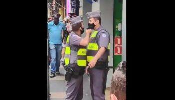 PM aponta arma para o rosto de colega de farda em SP