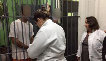 NA LATA: preso vai receber vacina da Covid antes de doentes no Brasil