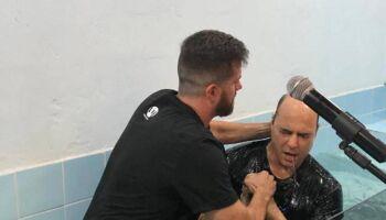 Em meio a afastamento, Wilson Witzel se batiza em igreja evangélica do Rio