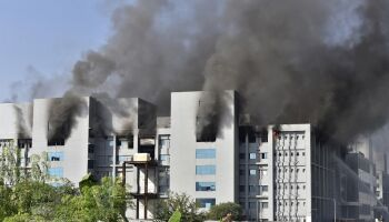 Na Índia, incêndio atinge prédio que produz vacinas da Oxford
