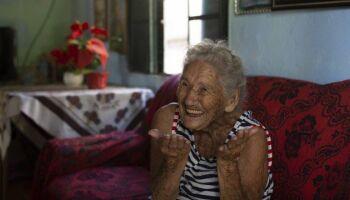 """Aos 108 anos, idosa abre mão de vacina contra covid-19 para """"alguém mais novo"""""""