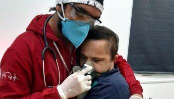 Com abraço, enfermeiro tranquiliza paciente com Down para dar oxigênio