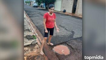 Depósito da dengue? Buraco faz aniversário e revolta moradora no Zé Pereira