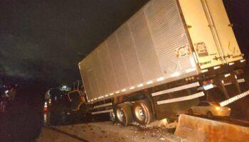 Motorista é arremessado para fora de caminhão após perder controle da direção