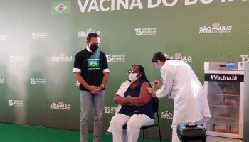 Enfermeira de 54 anos é a primeira a tomar dose de Coronavac após aprovação da Anvisa