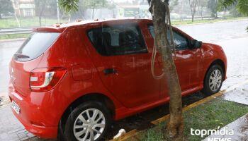 Carro é amarrado em árvore para evitar ser arrastado pela enxurrada