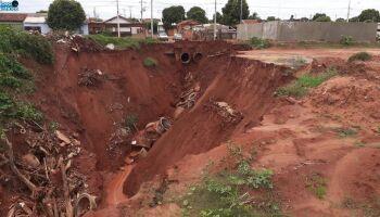 Em Nova Andradina, cratera 'engole' ruas e ameaça casas