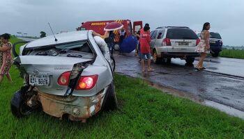 Motorista dorme no volante, bate em carro estacionado na MS-134 e dois ficam feridos