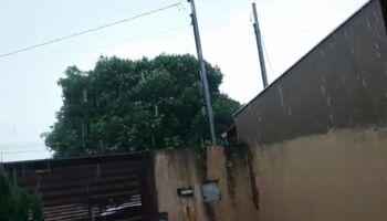 Com ventos fortes, volta a chover em vários bairros de Campo Grande; assista