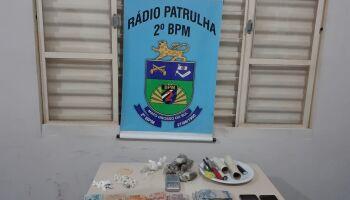 Usuários e traficante são detidos em 'boca de fumo' durante abordagem da PM
