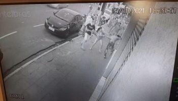 Vídeo: mulher segurou jovem para comparsa esfaqueá-lo