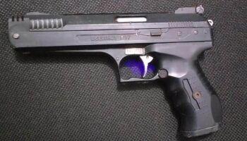 Rapaz tem atitude suspeita e polícia encontra revólver no sofá de casa
