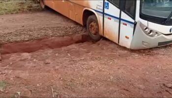 Ônibus fica atolado em cratera aberta pela chuva em MS