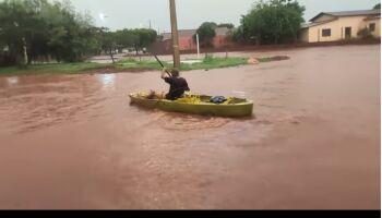 Vídeo: Após seis horas de chuvas, morador de Rio Brilhante anda de caiaque nas ruas