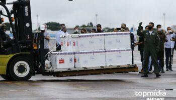 Carga com 158 mil doses da Coronavac chega em Campo Grande: 'esperávamos muito', diz Reinaldo