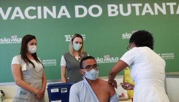 Especialistas temem que vacinação atrase por falta de matéria-prima
