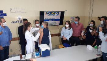 Emocionada, enfermeira é imunizada e destaca: vacina é a esperança surgindo