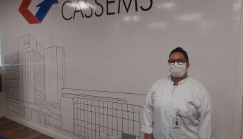 Técnica de enfermagem que sofreu ao ver vidas ceifadas pela covid-19 recebe vacina na Cassems