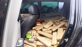 Traficante atola camionete na lama e abandona carro com 390 quilos de maconha em Bonito