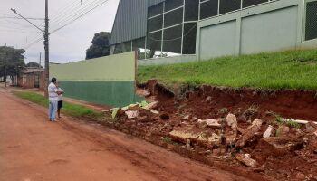Muro de escola reformada cede pela segunda vez durante chuva nas Moreninhas