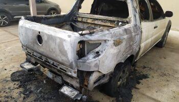 Padre tem carro incendiado por criminosos em MS