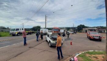 Motorista é atingido por caminhão e fica preso às ferragens na BR-163