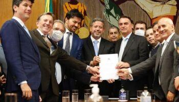 Bolsonaro leva projeto de privatização dos Correios; houve tumulto e porta estilhaçada na Câmara