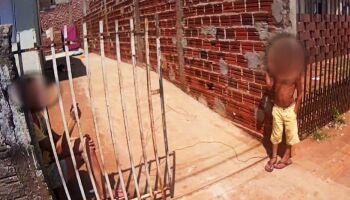 Mãe amarra criança de 6 anos com arame em muro